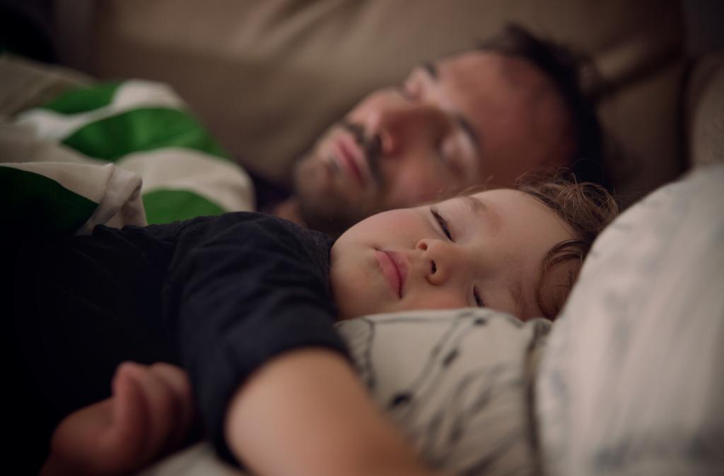 Spící táta a dítě